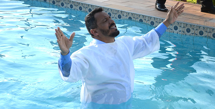 Bispo Amaury batiza ex-dependentes químicos